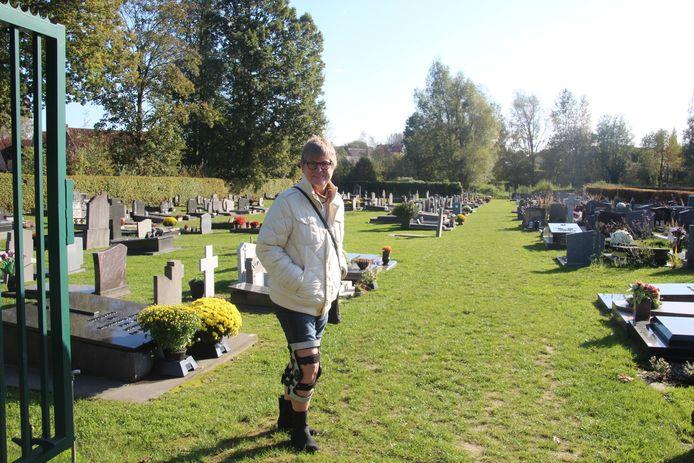 Carla De Vos aan de ingegroende begraafplaats van Bambrugge