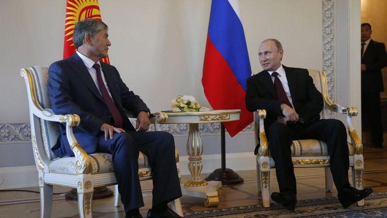 Poetin is terug, maar het mysterie blijft. In Sint-Petersburg heeft hij een afspraak met de Kirgizische president Almazbek Atambajev, zijn eerste publieke optreden in elf dagen. Beeld AP