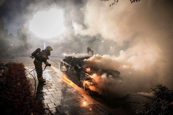 Aan de Limburgsingel brandde in de nacht van zondag op maandag een auto uit.