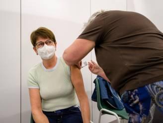 """Verpleegkundige Heidi (55) is eerste die vaccin krijgt in Hamme: """"Zit al lang in mijn kot. Ik kijk er naar uit om weer op reis te kunnen gaan"""""""