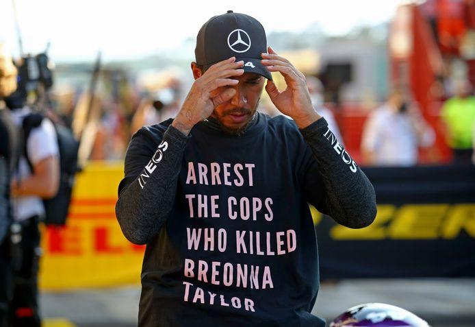 Lewis Hamilton draagt een boodschap op zijn shirt waarop hij oproept om de agenten die in maart van dit jaar de zwarte Amerikaanse Breonna Taylor in haar woning doodschoten te arresteren.
