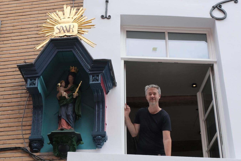 Stefan Van Ransbeeck met het mooi gerestaureerde kapelletje in de Adegemstraat.