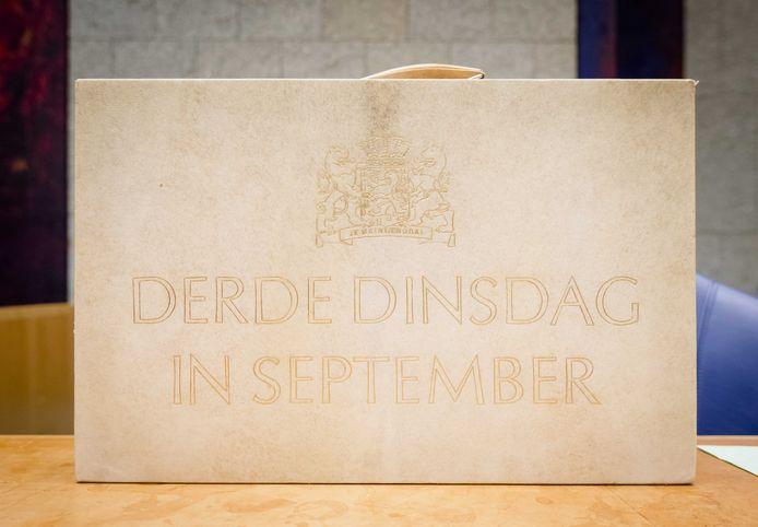 Het koffertje met daarin de rijksbegroting en miljoenennota in de Tweede Kamer op Prinsjesdag.