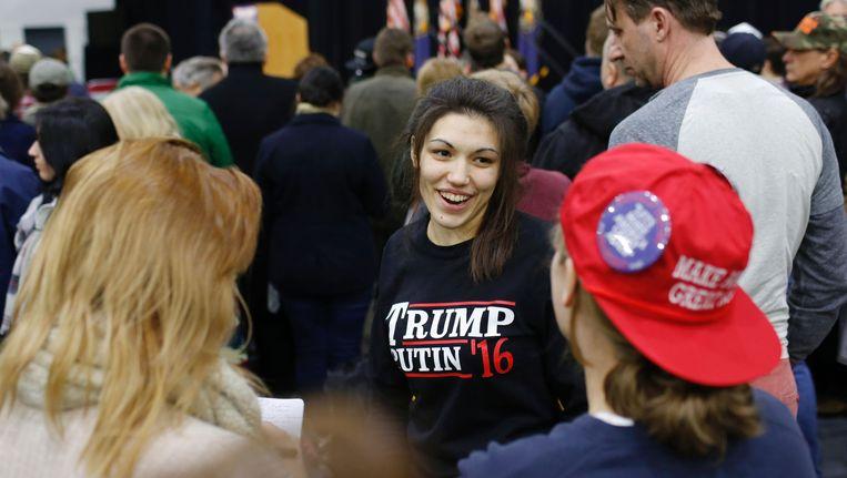 Een vrouw op een Republikeinse rally met de sweater Trump-Putin '16. Beeld AFP
