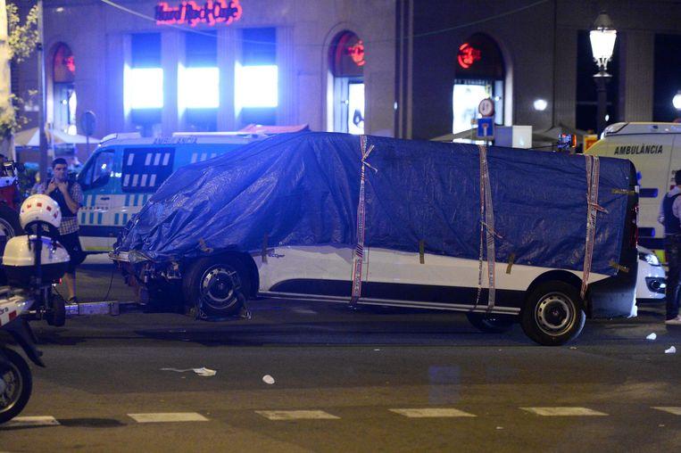 Het busje dat gisterenavond gebruikt werd tijdens de aanslag in Barcelona. Beeld AFP