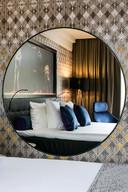 Eén van de 100 kamers die inmiddels in de stijl van Hard Rock Hotels zijn verbouwd. Onderdeel van de formule is een manshoge spiegel.
