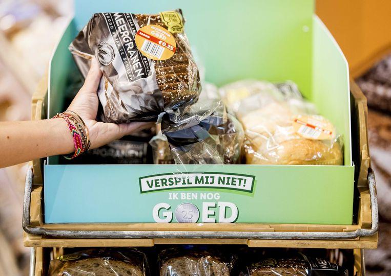 Behalve in Luxemburg worden ook in de Nederlandse filialen van Lidl producten die diezelfde dag nog moeten worden opgegeten tegen een prikje verkocht.  Beeld ANP