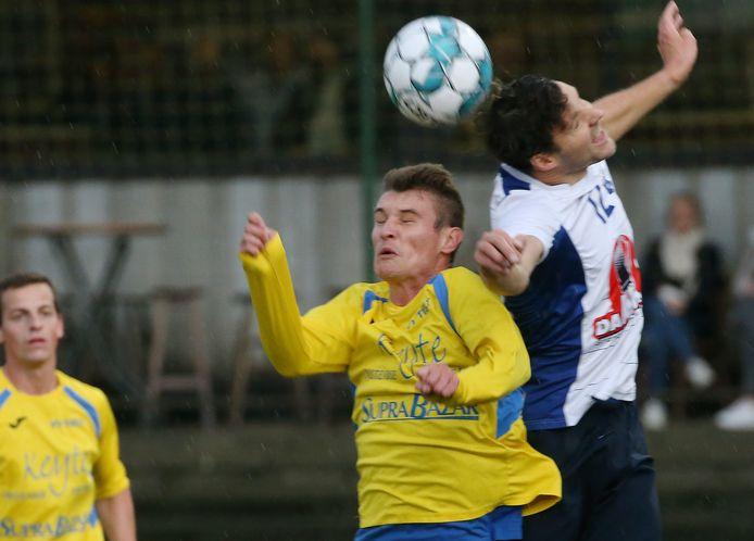 Binnenkort opnieuw provinciaal voetbal? Hier een kopduel tussen Gillian Schietaert (VV Tielt) en Mathieu Verbrugghe (Dosko Kanegem).