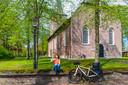 Even tot rust komen op het muurtje bij een dorpskerk in Drenthe.