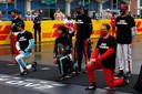 Lewis Hamilton knielend voor de race, als statement in de strijd tegen racisme.