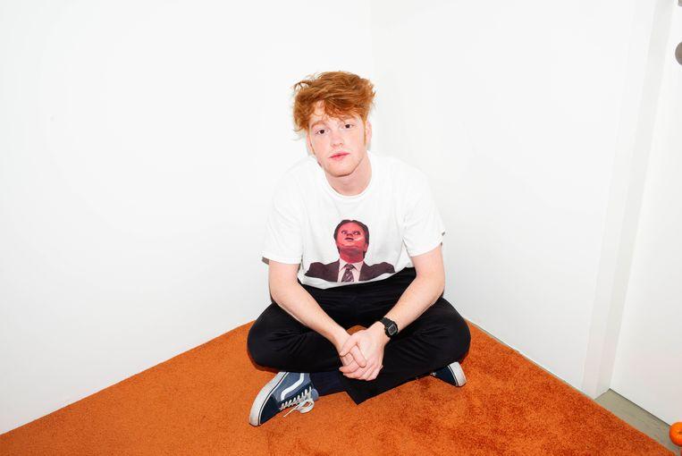 Equal Idiots-frontman Thibault Christiaensen zal tijdens de show #ikluisterbelgisch van Studio Brussel een nummer schrijven voor een kijker. Beeld VRT