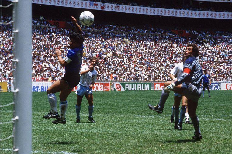 Maradona met zijn beroemde 'hand van God'-goal tegen Engeland, op het WK 1986. Beeld BELGAIMAGE