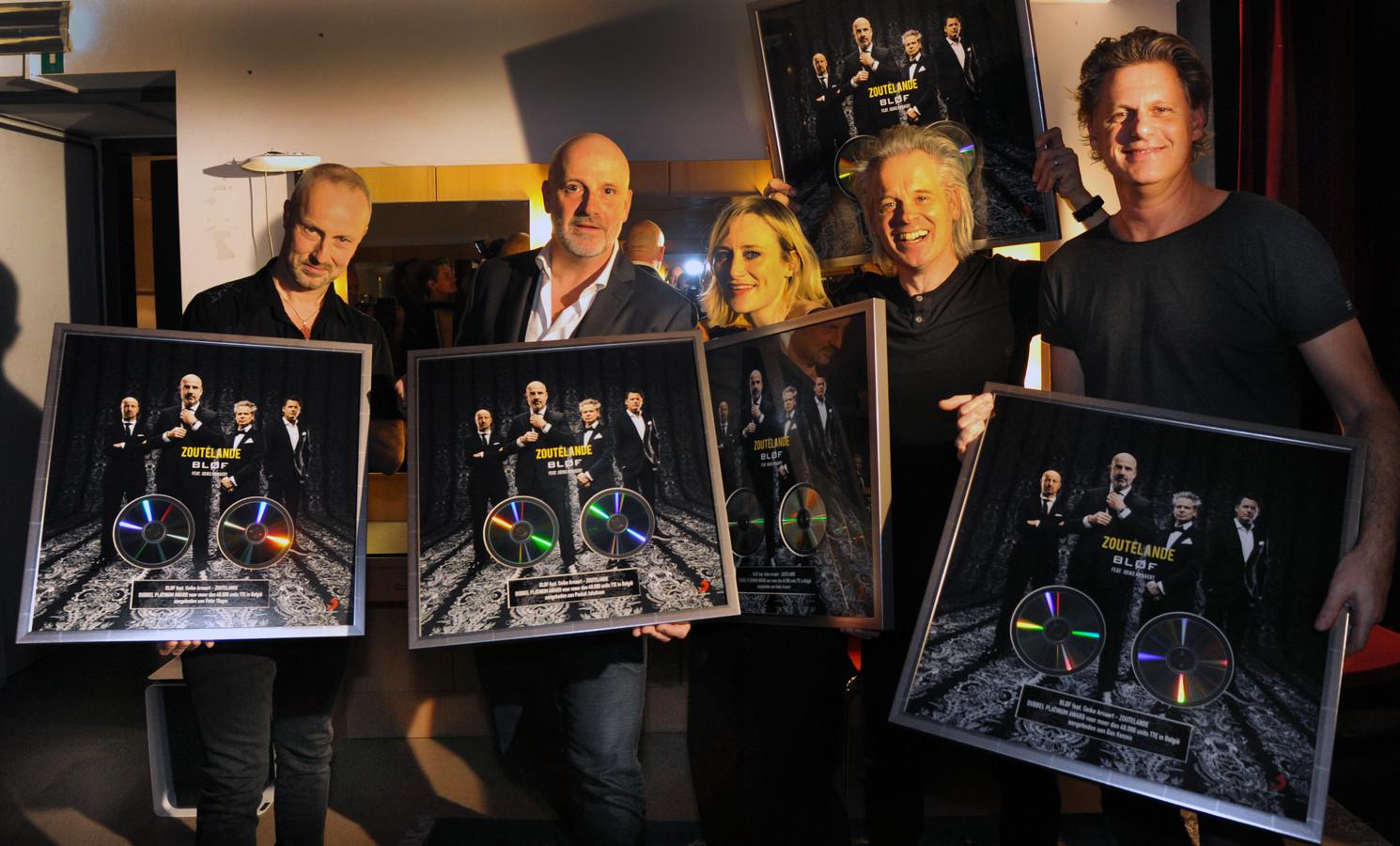 BLØF en Geike Arnaert nemen een platina plaat in ontvangst voor 'Zoutelande'.
