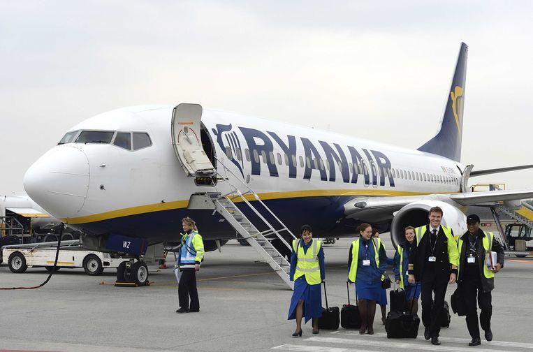 Beeld ter illustratie - Medewerkers van Ryanair op Eindhoven Airport.