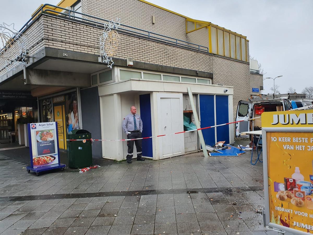 De ochtend na de plofkraak wordt de geldautomaat gerepareerd.