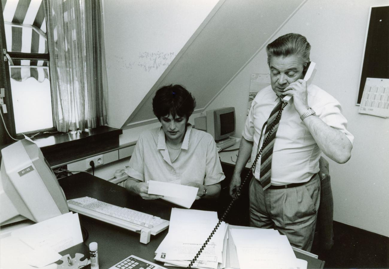 Tineke van der Zanden en Gerrit Verkuil aan het werk op de bovenste verdieping van het voormalige kantoor van De Toren en het Brabants Dagblad aan de Gamerschestraat in Zaltbommel.