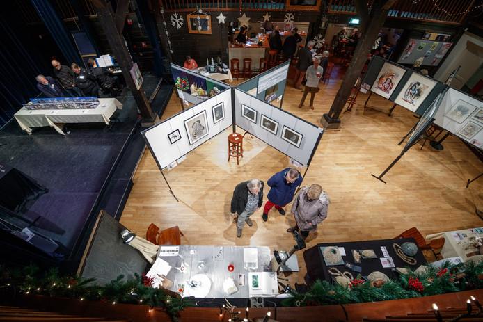 De jaarlijkse kerstexpositie van amateurkunstenaars trekt elk jaar veel publiek naar De Schuur.