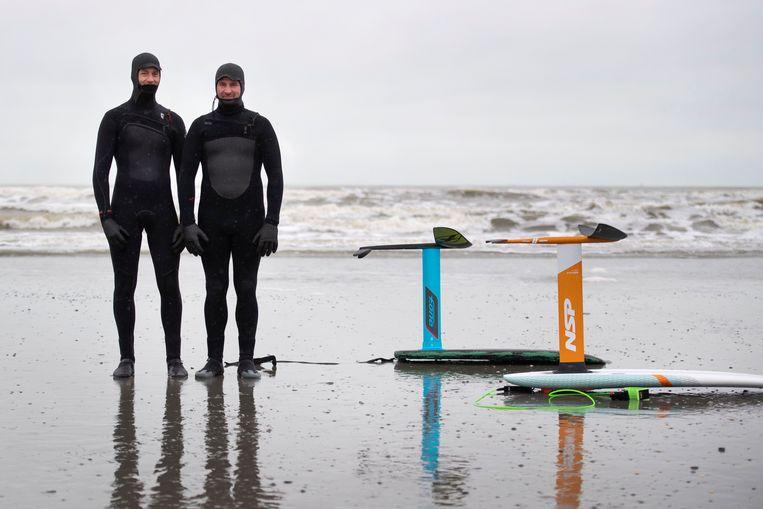 Tobias van Tellingen en mede-surfer Chris Way. Beeld Olaf Kraak