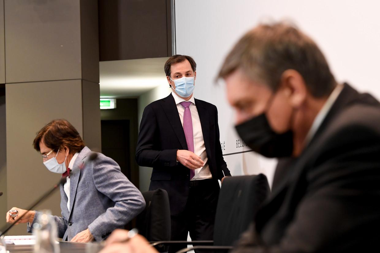 Verwacht wordt dat vrijdag premier Alexander De Croo (midden) en Vlaams minister-president Jan Jambon (r.) de degens kruisen. Beeld ISOPIX