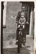 Tinus Hondebrink met zoontje Hennie.
