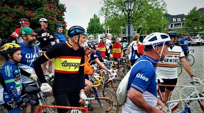 Retrorenners verzamelen zich op het Sint Jansplein in Moergestel
