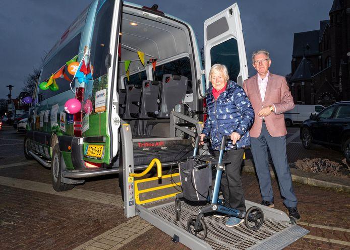 De buurtbus bestaat 25 jaar in de regio. De 94-jarige Trijnie Besemer maakt graag gebruik van de bus, die een dag in de twee weken wordt bestuurd door chauffeur Piet Roos.