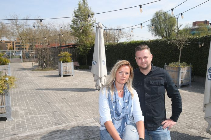 Xaviera van Tintelen en Ron van de Moosdijk op het lege terras van Barron in Valkenswaard.