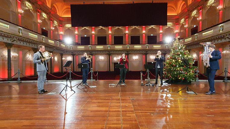 Het Concertgebouw zendt meerdere keren per week livestreams uit om in de kerstsfeer te komen. Beeld