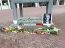 Spontane herdenkingsplaats voor Peter R. de Vries bij het oorlogsmonument in Arnhem. Veel mensen laten er bloemen achter.