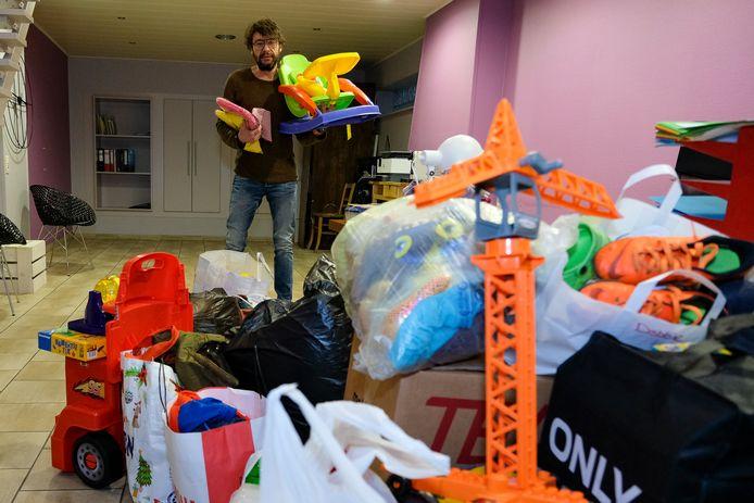 Olivier Dewit zamelde al een pak speelgoed, kledij en andere spullen in voor de mama en haar vijf kinderen die zondag getroffen werden door een brand.