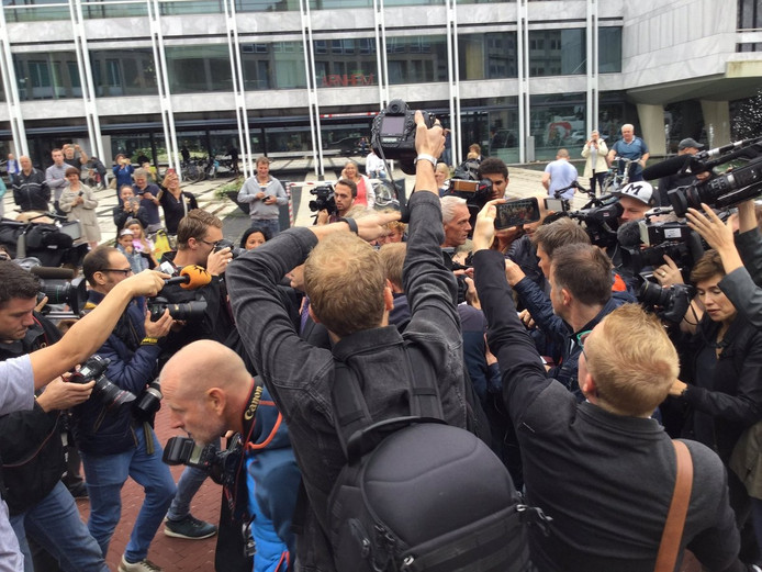 Yuri van Gelder wordt bedolven onder fotografen en journalisten.