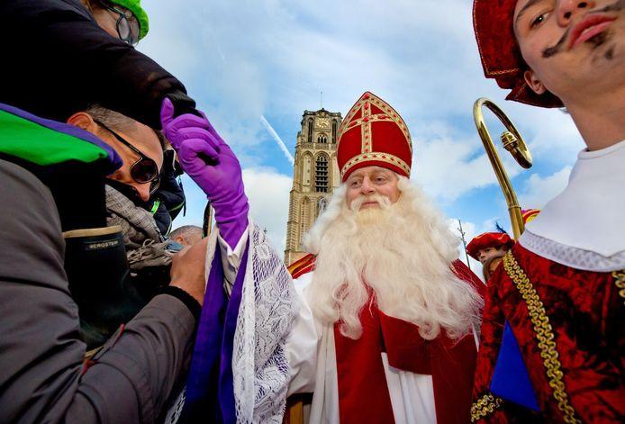 Sinterklaas tijdens zijn bezoek aan het Grotekerkplein van vorig jaar.