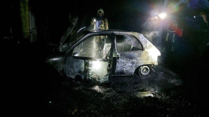 In Hengelo is een auto totaal uitgebrand.