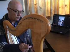 Thuis door het coronavirus? Bart (73) leert de harp te bespelen met een online-docent