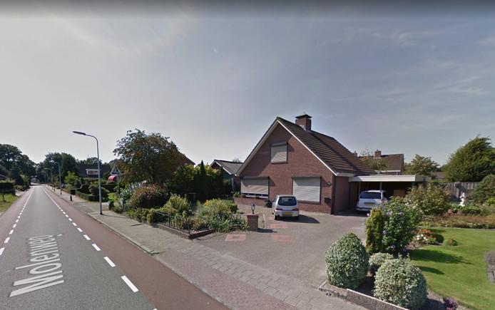Het huis aan de Molenweg in Haarle, waar op de oprit een container is geplaatst.