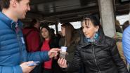 Pendelaars krijgen bloemzakjes van Open Vld