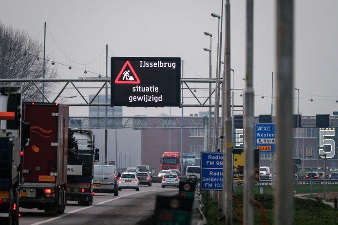 Drukte op de IJsselbrug bij Westervoort.