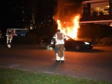 Vlammen slaan uit auto bij brand in Almelo, politie verricht onderzoek
