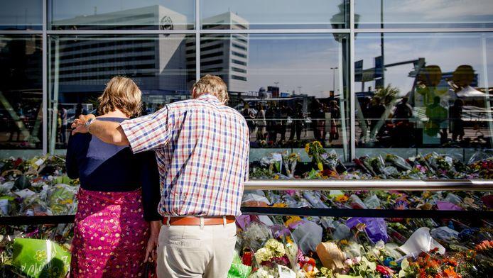 Bezoekers in juli bij een enorme hoeveelheid bloemen op de gedenkplek voor de slachtoffers en nabestaanden van de vliegramp met de MH17 in Oekraine