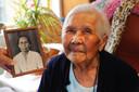 Tilly Knuppel-Heuvelink met een foto van haar moeder.