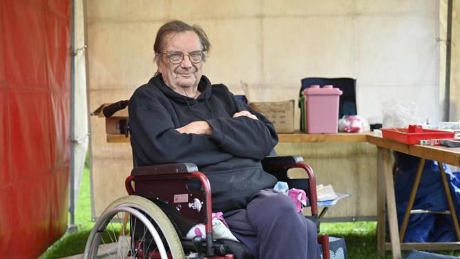 """Norbert (64), al één jaar verlamd door corona, blijft rommelmarkten organiseren: """"Ik wil niet sterven aan deze zever"""""""