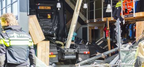 Vrachtwagen rijdt kledingwinkel binnen: 'Chauffeur kon niet meer stoppen'