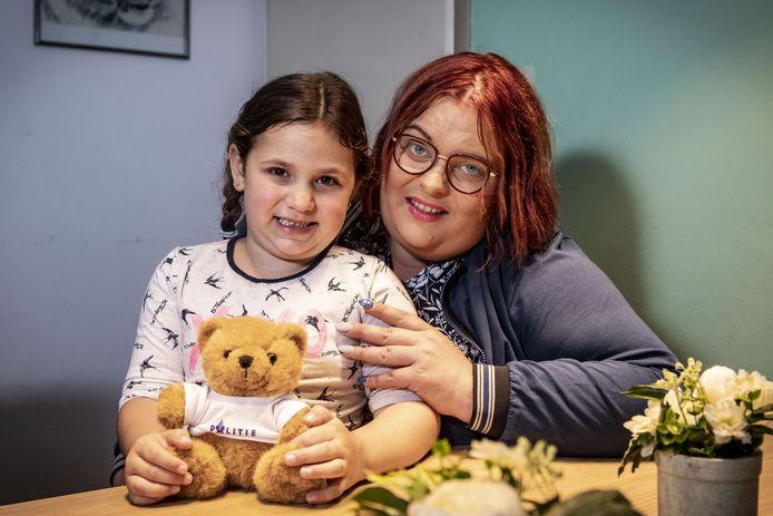 Marlieke Bruggink en haar dochter Amily van 5 jaar oud. Amily belde vrijdag 112 nadat haar moeder onwel was geworden.