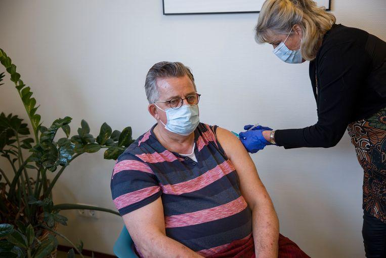 Een huisarts uit Nieuw-Beijerland prikt een zestigplusser met het AstraZeneca-vaccin.  Beeld Arie Kievit
