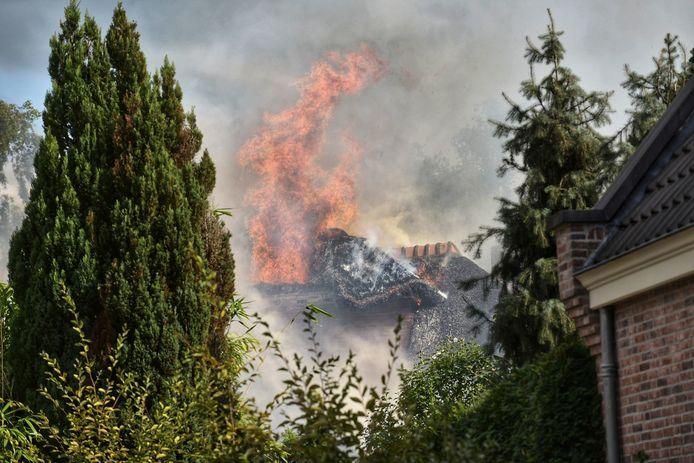 Vlammen uit het dak van iconische woning in Rijsbergen.