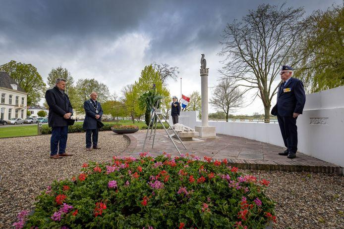 Harry Goedegebure, voorzitter van 4 Mei comité Kampen, en burgemeester Bort Koelewijn (tweede van links), hebben net een krans gelegd in Kampen.