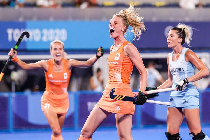 Caia van Maasakker viert alweer haar tweede treffer van de finale.