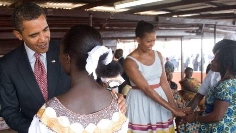 Barack Obama (L) en zijn vrouw Michelle Obama tijdens een bezoek aan een ziekenhuis in Accra, Ghana. (AFP) Beeld