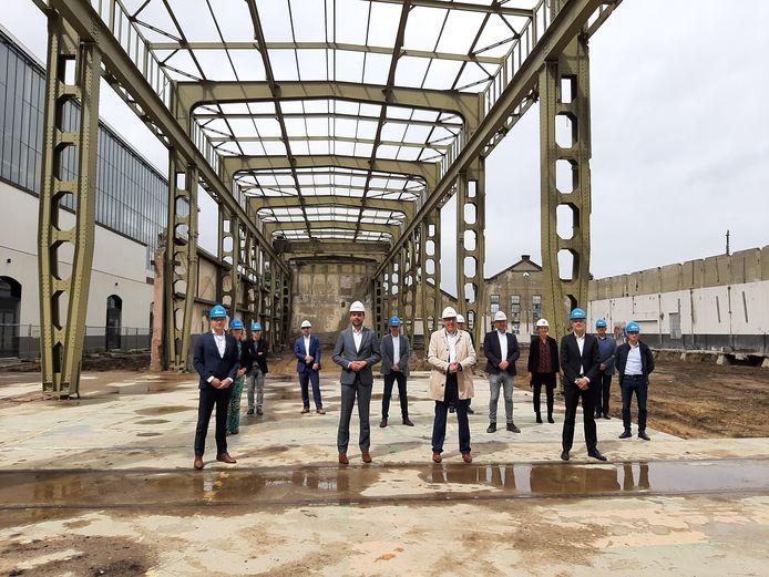Bouwers en toekomstige gebruikers van Mindlabs op de plek waar het nieuwe paradepaardje van de Spoorzone eind 2021 wordt opgeleverd.