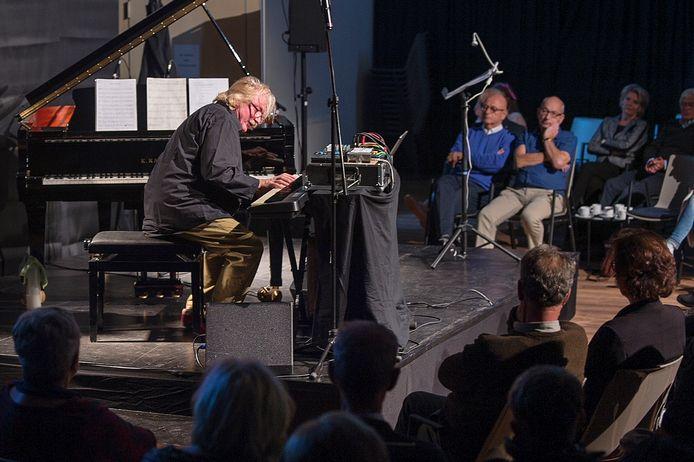 Tientallen mensen bezochten het optreden van Jasper van 't Hof.